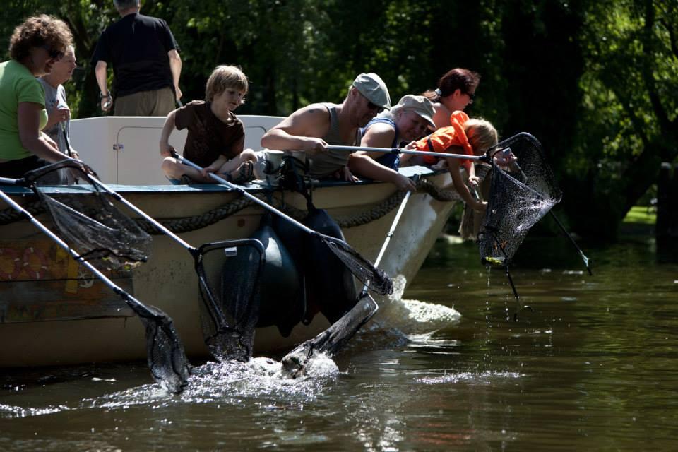 Hannekes Boot organiseert plastic vissen