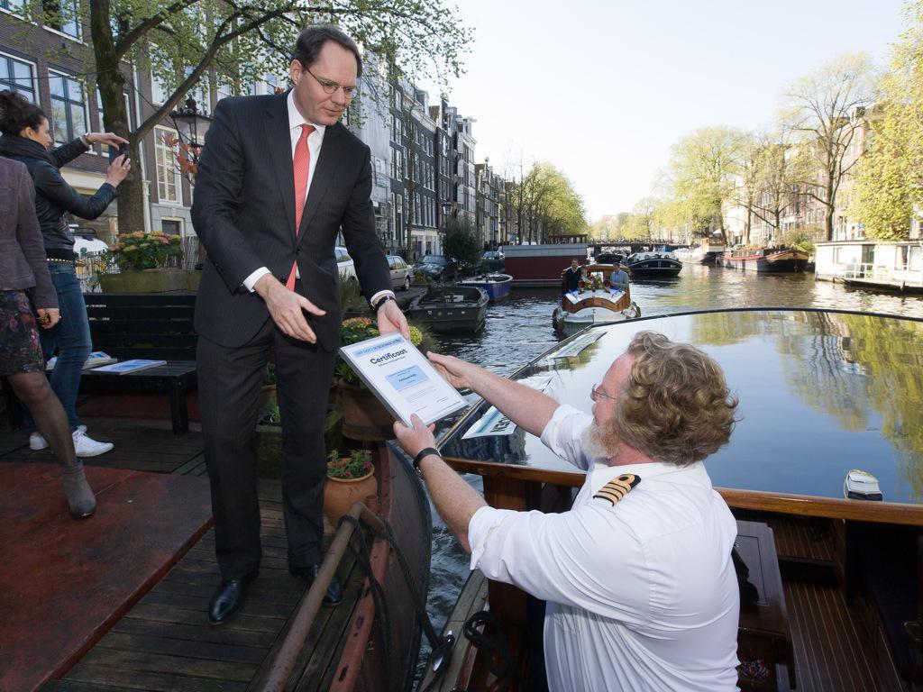 Certificaat Keurmerk volledig schoon varen van de Gezonde stad voor Hannekes Boot door U. Kock en J. Haffmans